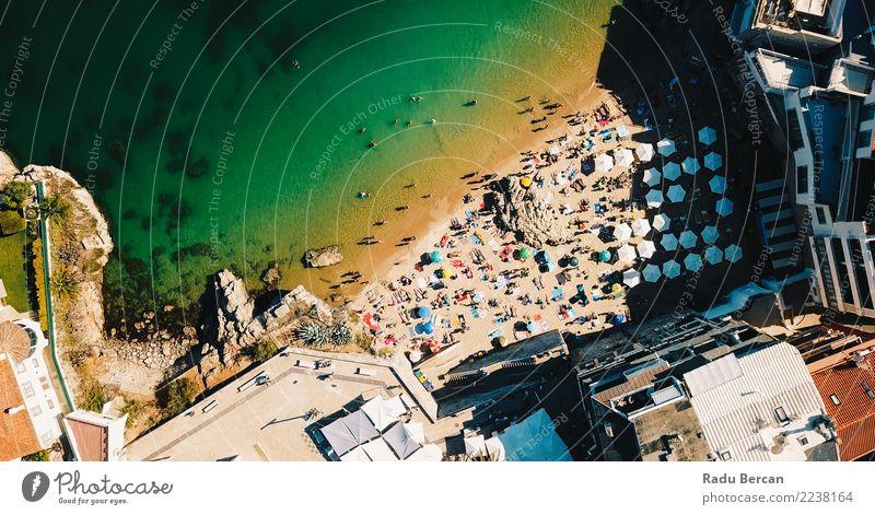 Fliegen Sie über Menschenmassen, die Spaß am Strand in Portugal haben. Lifestyle exotisch Ferien & Urlaub & Reisen Tourismus Abenteuer Sommer Sommerurlaub Sonne