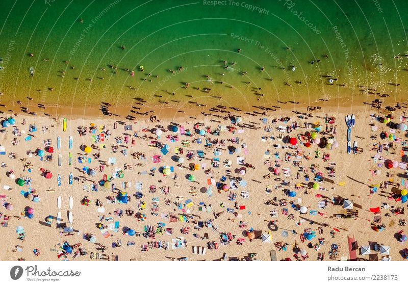 Luftaufnahme der Menschenmenge am Cascais Beach in Portugal im Sommer Lifestyle Freude Schwimmen & Baden Ferien & Urlaub & Reisen Tourismus Sommerurlaub