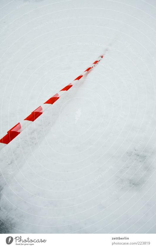 Schnee Umwelt Natur Urelemente Winter Straße Wege & Pfade Zeichen wallroth Schnur Barriere Verbote Schneedecke weiß Streifen bedeckt Winterdienst untergehen