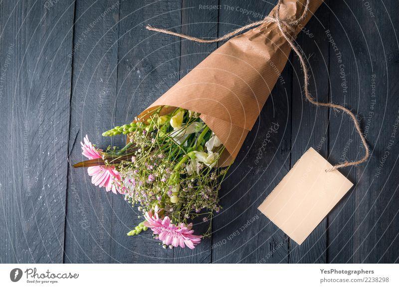 Blumenstrauß aus gemischten Blumen und einer Grußkarte Design Feste & Feiern Geburtstag Freundschaft Liebe Fröhlichkeit Gefühle Romantik Partnerschaft