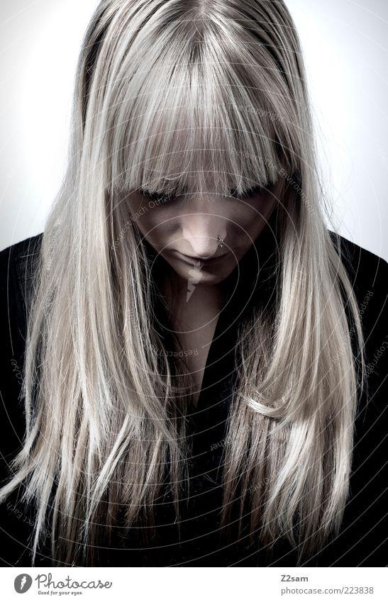 Kraftlos II Stil Haare & Frisuren feminin Junge Frau Jugendliche 1 Mensch 18-30 Jahre Erwachsene Blick träumen Traurigkeit blond schön kaputt trist Trauer