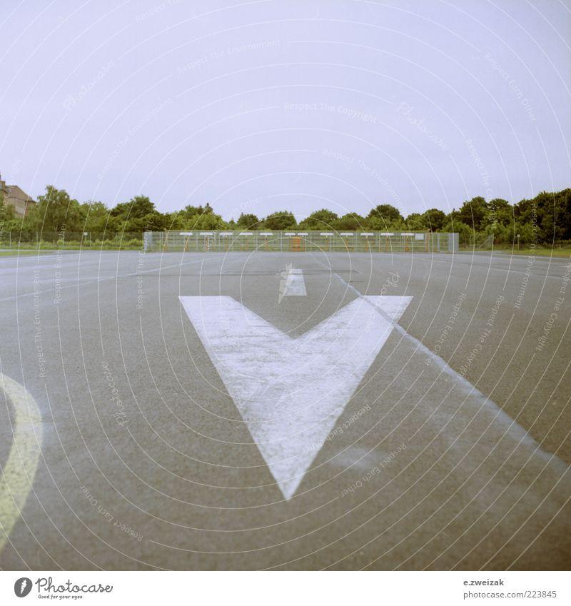 Landebahn Himmel Sommer Einsamkeit Landschaft Gras Wege & Pfade Stein Beton Schilder & Markierungen Luftverkehr trist Sträucher Asphalt Pfeil trocken Flughafen