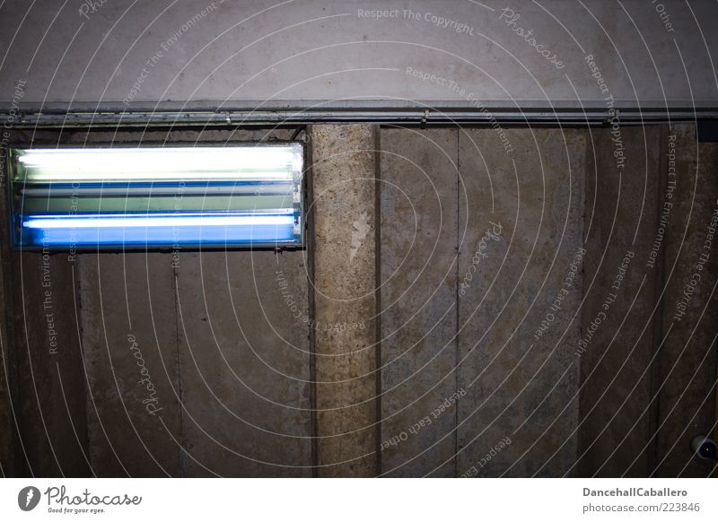 Deckenbeleuchtung kalt dunkel oben Architektur grau Metall Lampe hell Glas Beton Brücke Elektrizität leuchten trist Kunststoff Fabrik