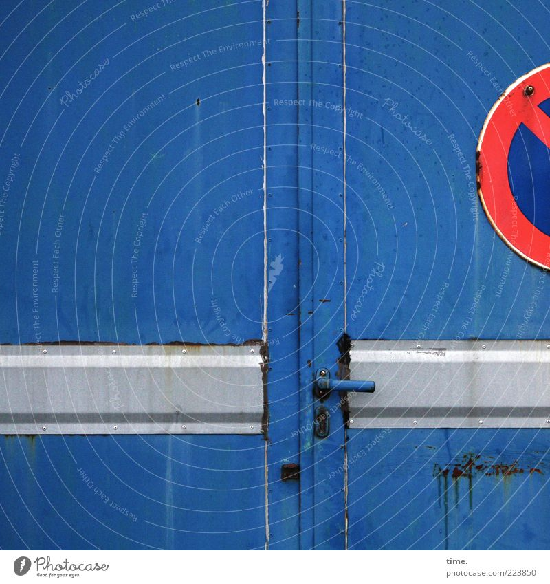 HH10.2 | No Parking Stuff blau rot grau Metall Tür geschlossen Schilder & Markierungen Metallwaren Tor Stahl Rost Schloss Eisen Lagerhalle Halle Griff