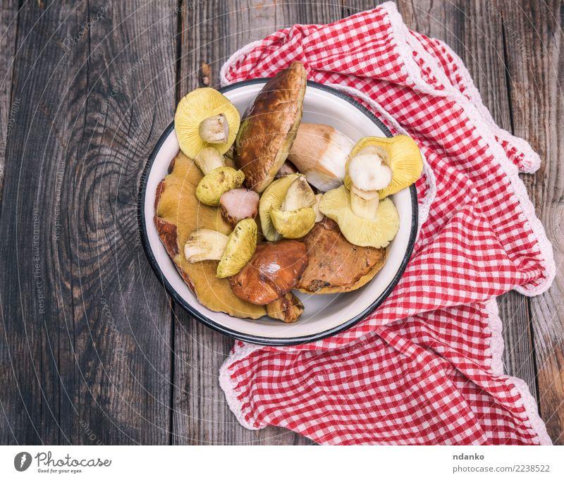 essbare wilde Pilze weiß rot Herbst natürlich Holz grau braun oben frisch Tisch Küche Gemüse Jahreszeiten Ernte Schalen & Schüsseln