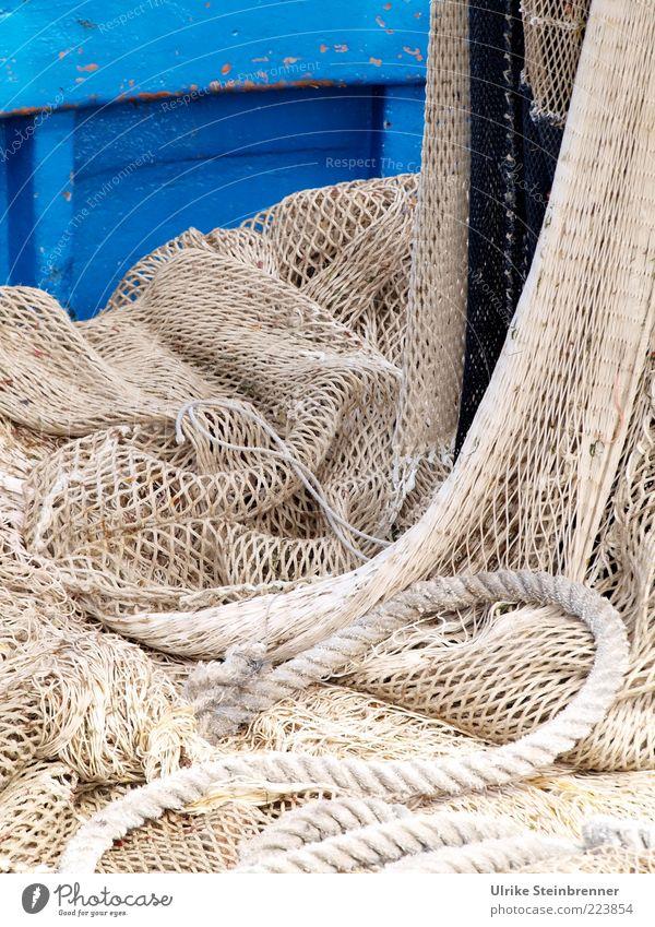 Sardisches Netzwerk I ruhig Arbeit & Erwerbstätigkeit Wasserfahrzeug Seil liegen Netzwerk fest Loch Schifffahrt hängen Tradition Fangnetz Knoten trocknen Fischereiwirtschaft Netz