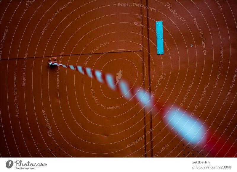 Schärfe hinten Mauer Wand Tür Barriere Tatort Grenze flattern Wind Tor Metall Farbfoto Gedeckte Farben Detailaufnahme Starke Tiefenschärfe rot-weiß Baustelle