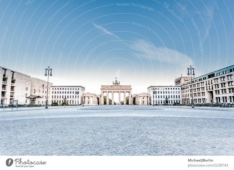 Brandenburger Tor am früher Morgen Ferien & Urlaub & Reisen Ferne Sightseeing Architektur Hauptstadt Menschenleer Sehenswürdigkeit blau Berlin Deutschland