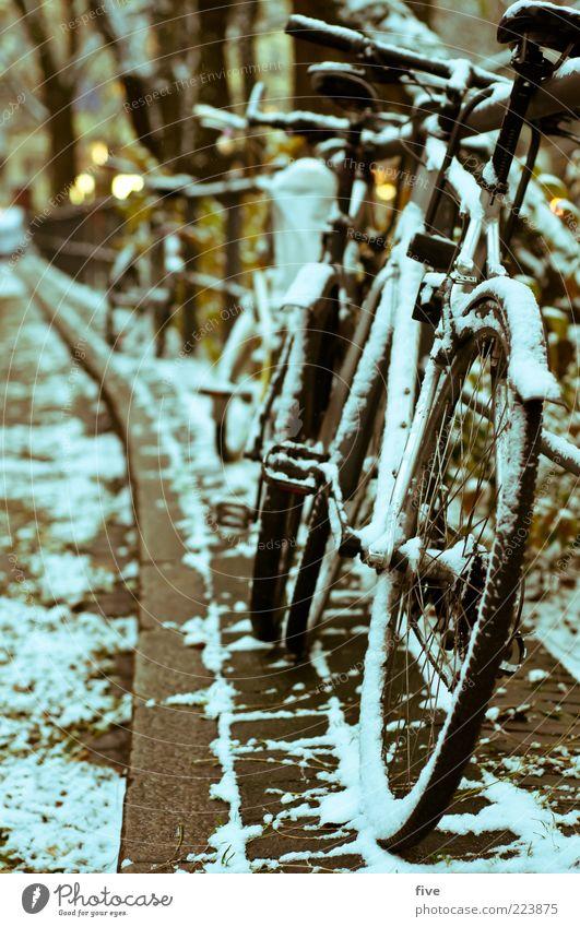 Hamburg Bicycle Parking Winter Straße dunkel kalt Schnee Schneefall Fahrrad Platz Boden Kopfsteinpflaster parken Brückengeländer Bordsteinkante Pedal Fahrradsattel Fahrradlenker