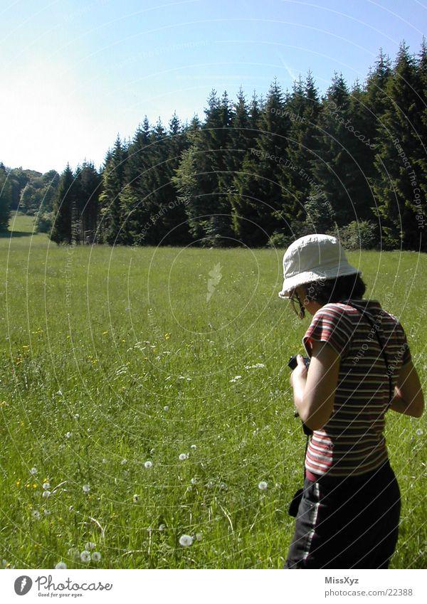 Fotografierendes Mädchen Wiese Wald Ferien & Urlaub & Reisen Blume Sommer Frühling Tourist Gras Frau Natur Fotokamera Rhön Spaziergang