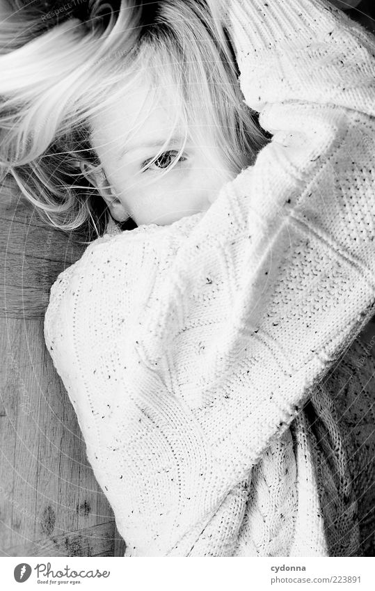 Festhalten Mensch Jugendliche schön Gesicht Leben feminin Haare & Frisuren Bewegung Stil Erwachsene träumen blond elegant liegen ästhetisch wild