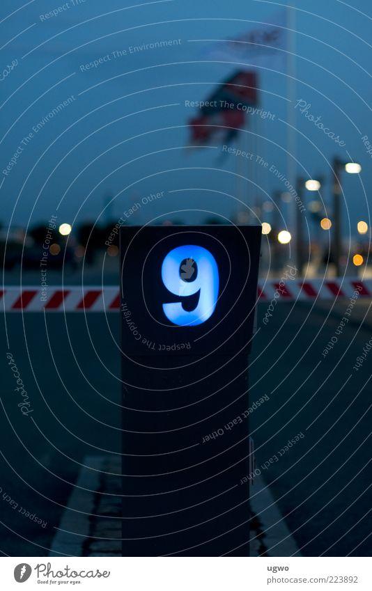 die neun blau Hinweisschild erleuchten Barriere Pfosten Illumination Orientierung 9 Einfahrt Ausfahrt Begrenzung Schranke Automat Beleuchtungselement neonfarbig
