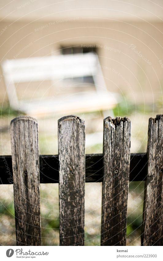Latten am Zaun Häusliches Leben Garten Terrasse Dorf Haus Mauer Wand Zaunpfahl Holzbrett Lattenzaun Bretterzaun Barriere alt kaputt morsch Bank Gartenmöbel