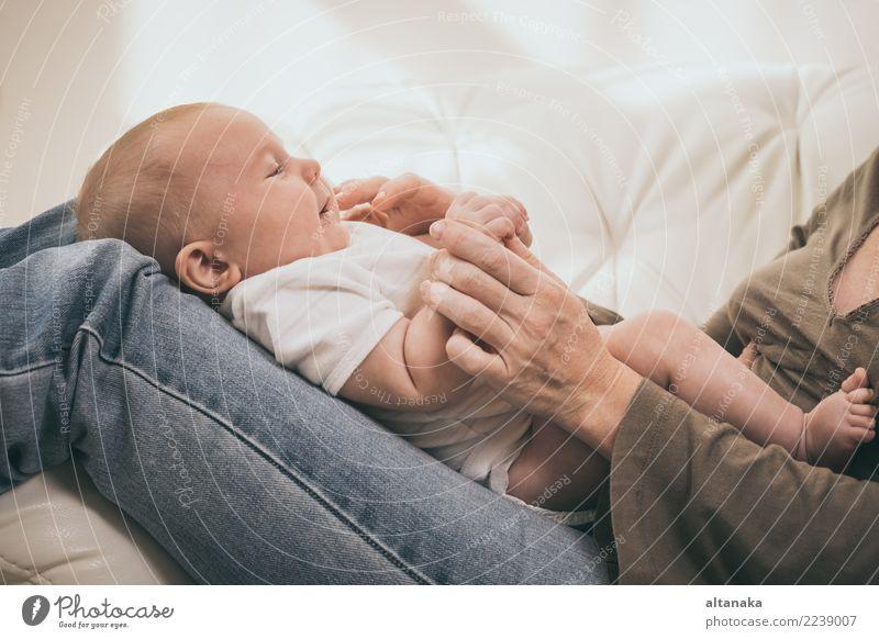 Mutter hält süßes Baby Junge. Konzept des Glücks. Lifestyle Freude schön Gesicht Freizeit & Hobby Spielen Kindererziehung Mensch Frau Erwachsene Eltern