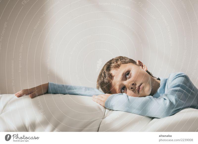 Portrait eines jungen traurigen Jungen. Gesicht Kind Mensch Mann Erwachsene Familie & Verwandtschaft Kindheit Denken Traurigkeit Gefühle Sorge Trauer Müdigkeit
