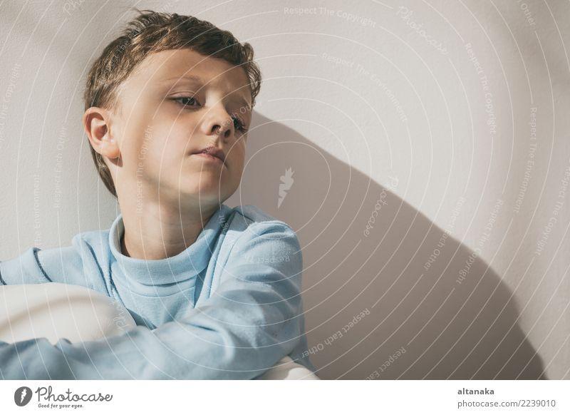 Porträt eines traurigen Jungen. Konzept der Einsamkeit. Gesicht Kind Mensch Mann Erwachsene Familie & Verwandtschaft Kindheit Denken Traurigkeit Gefühle Sorge
