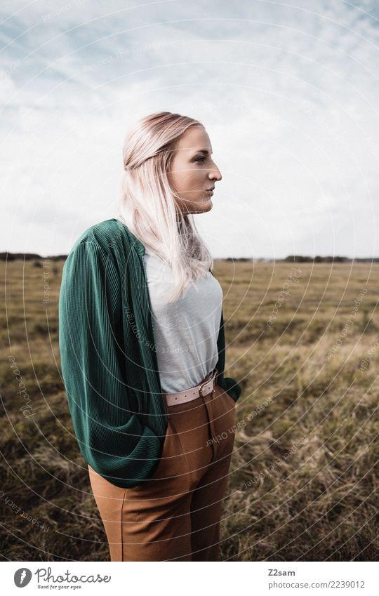 Autum 2017 Lifestyle elegant Stil feminin Junge Frau Jugendliche 18-30 Jahre Erwachsene Natur Landschaft Himmel Herbst Schönes Wetter Wiese Mode T-Shirt Jacke