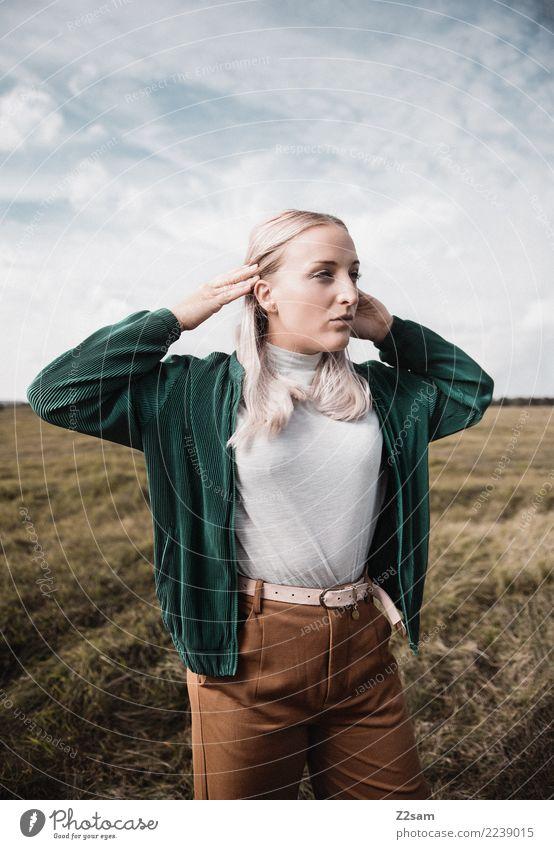 wow Lifestyle elegant Stil feminin Junge Frau Jugendliche 18-30 Jahre Erwachsene Natur Landschaft Himmel Herbst Mode Hose Jacke blond langhaarig festhalten