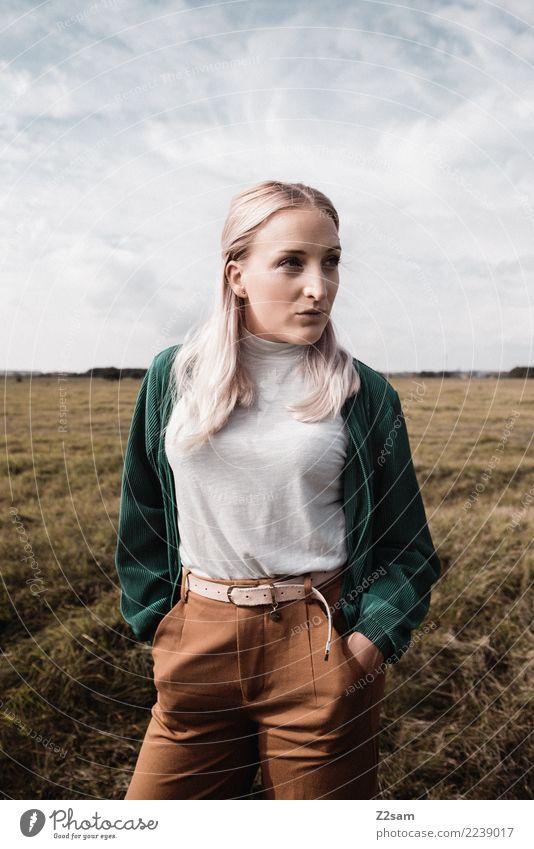 Autum 2017 Lifestyle elegant feminin Junge Frau Jugendliche 18-30 Jahre Erwachsene Natur Landschaft Himmel Herbst Wiese Mode Jacke Gürtel blond langhaarig