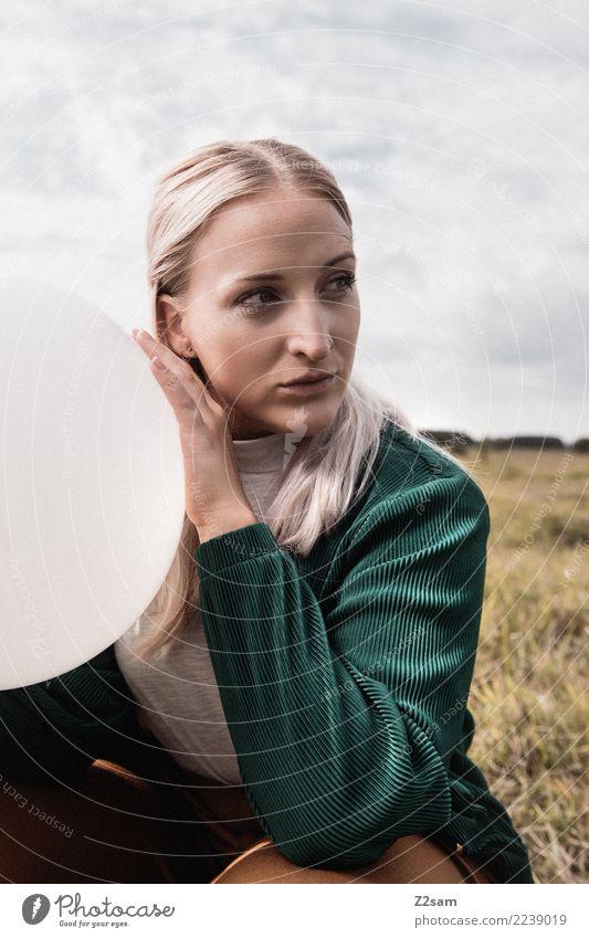 Autum 2017 Lifestyle elegant Stil Junge Frau Jugendliche 18-30 Jahre Erwachsene Natur Landschaft Wiese Mode Jacke blond langhaarig Luftballon Denken festhalten