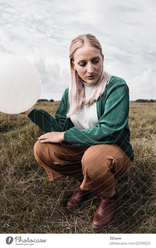 me and my ballon Lifestyle elegant Stil feminin Junge Frau Jugendliche 18-30 Jahre Erwachsene Natur Landschaft Himmel Herbst Wiese Mode Hose Jacke Stiefel blond