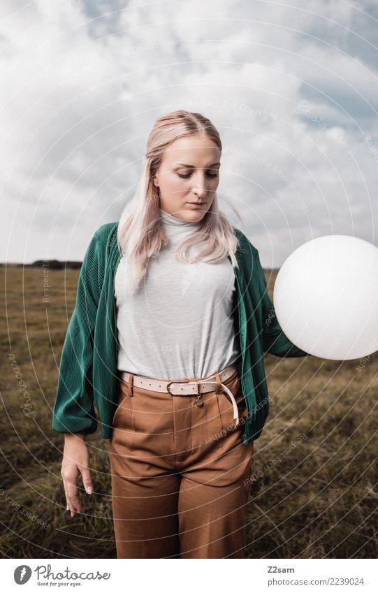 Autum 2017 Lifestyle elegant Stil feminin Junge Frau Jugendliche 18-30 Jahre Erwachsene Natur Landschaft Himmel Herbst Wiese Mode T-Shirt Hose Jacke blond