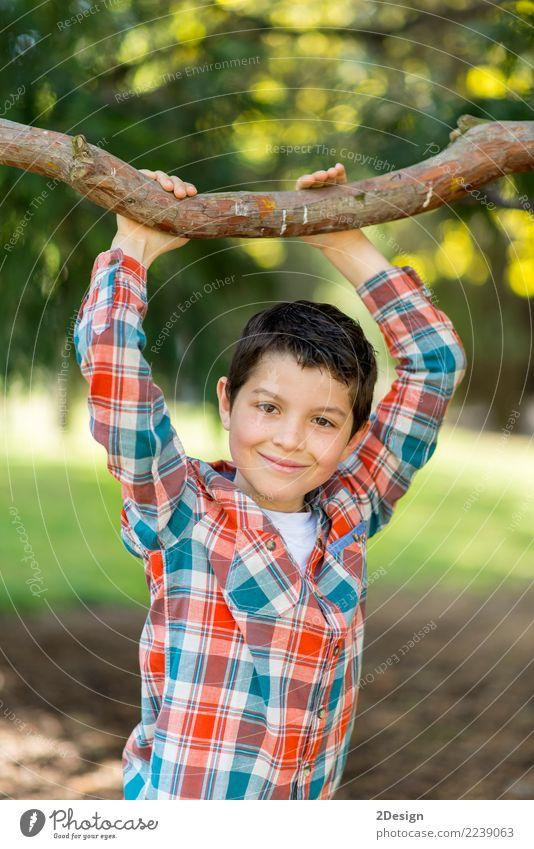 Portrait eines beiläufigen jugendlich Jungen, draußen Kind Mensch Natur Mann weiß Freude Gesicht Erwachsene Lifestyle lustig Gras klein Glück Spielen Garten