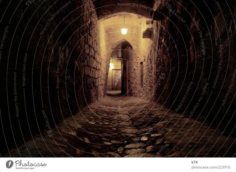 Zeitreise II alt gelb dunkel Wand Stein Mauer Gebäude braun Fassade Dorf gruselig Tor Tunnel Backstein historisch Kopfsteinpflaster