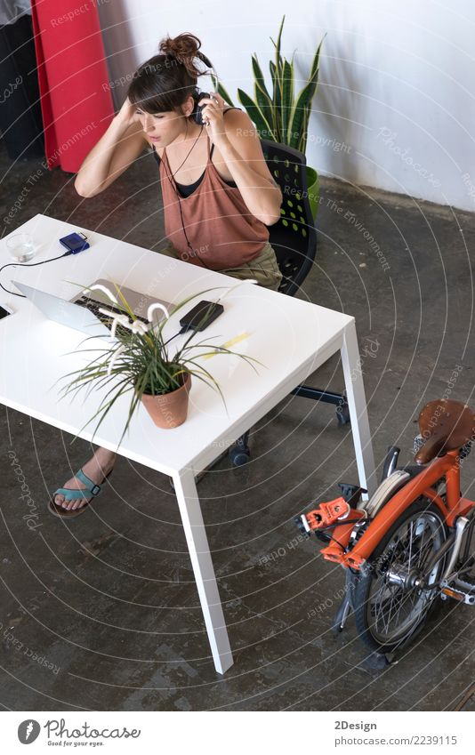 Geschäftsfrau, die an ihrem Laptop bei der Arbeit arbeitet (Stern-oben Konzept) Lifestyle Schreibtisch Musik Erfolg lernen Arbeit & Erwerbstätigkeit Büro