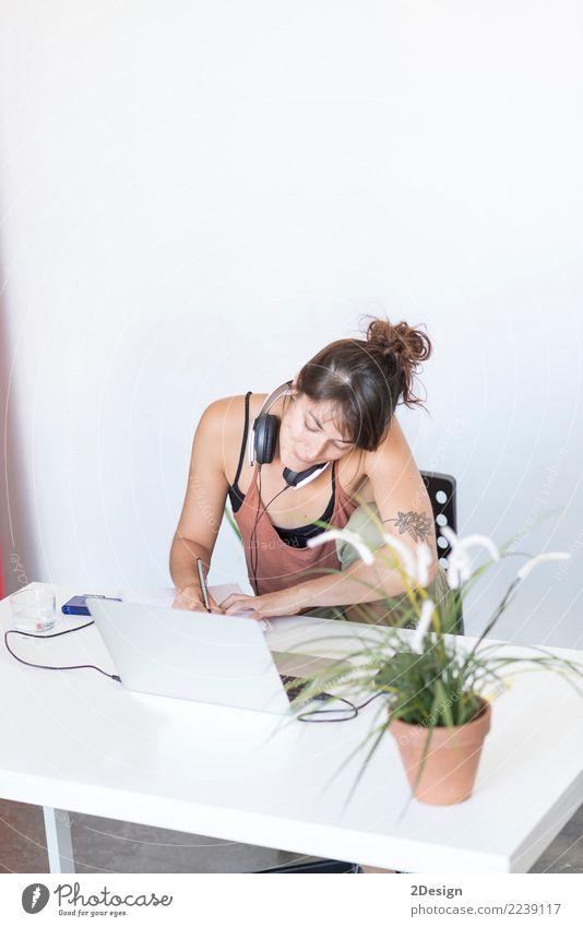 Geschäftsfrau, die an ihrem Laptop bei der Arbeit arbeitet (Stern-oben Konzept) Frau Erwachsene Lifestyle Business Arbeit & Erwerbstätigkeit Büro Musik