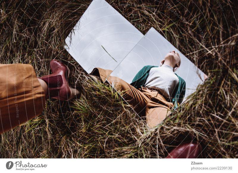 Ausblick Lifestyle elegant Junge Frau Jugendliche 18-30 Jahre Erwachsene Natur Herbst Wiese Mode Hose Jacke Stiefel blond Spiegel Spiegelbild stehen Coolness