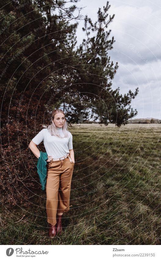 Autum 2017 Lifestyle elegant Stil feminin Junge Frau Jugendliche 18-30 Jahre Erwachsene Natur Landschaft Herbst Sträucher Wiese Mode Hose Jacke blond langhaarig