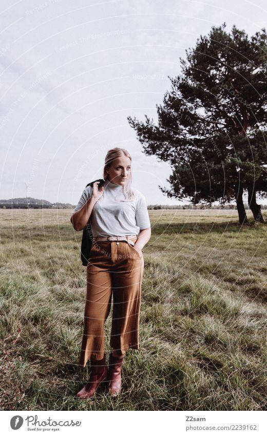 Autum 2017 Lifestyle elegant Stil feminin Junge Frau Jugendliche 18-30 Jahre Erwachsene Natur Landschaft Herbst Baum Wiese Mode T-Shirt Hose Stiefel blond