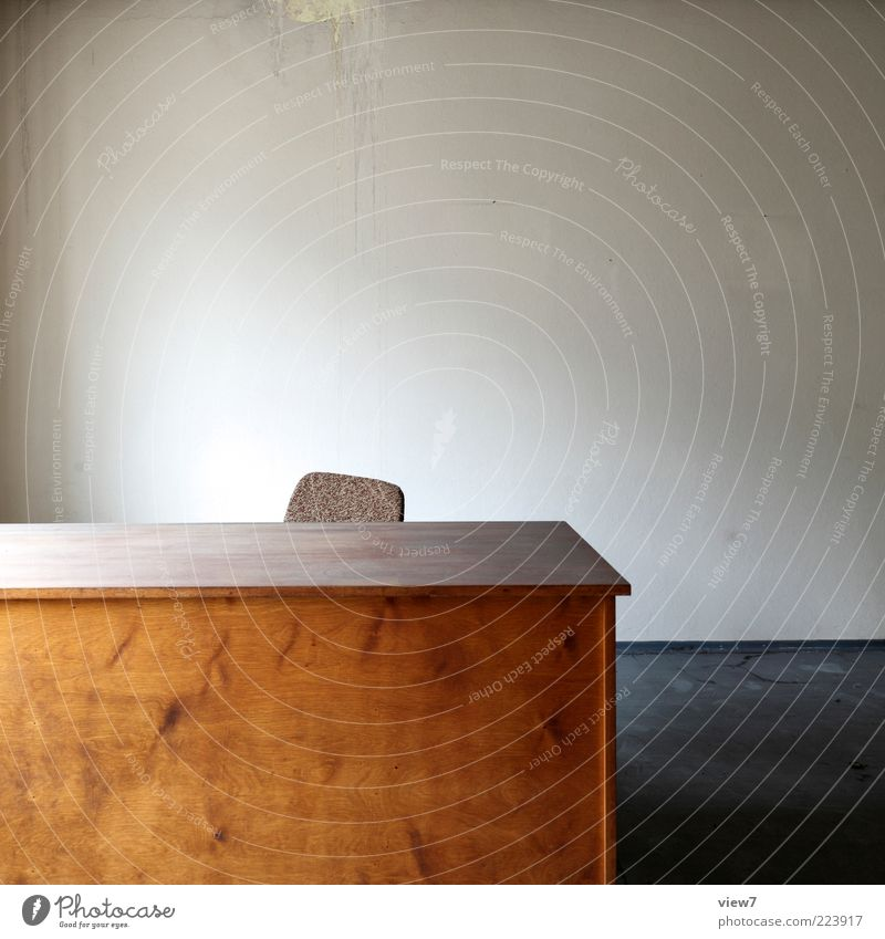 Arbeitsplatz Umzug (Wohnungswechsel) Innenarchitektur Möbel Stuhl Tisch Raum Büroarbeit Wirtschaft Mauer Wand Holz alt ästhetisch dunkel authentisch einfach