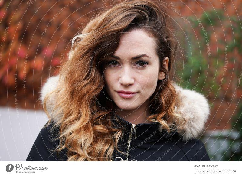 Outdoor Portrait mit Herbstfarben Lifestyle Winter Mensch feminin Junge Frau Jugendliche Erwachsene 1 18-30 Jahre Mode Jacke Mantel Fell brünett langhaarig