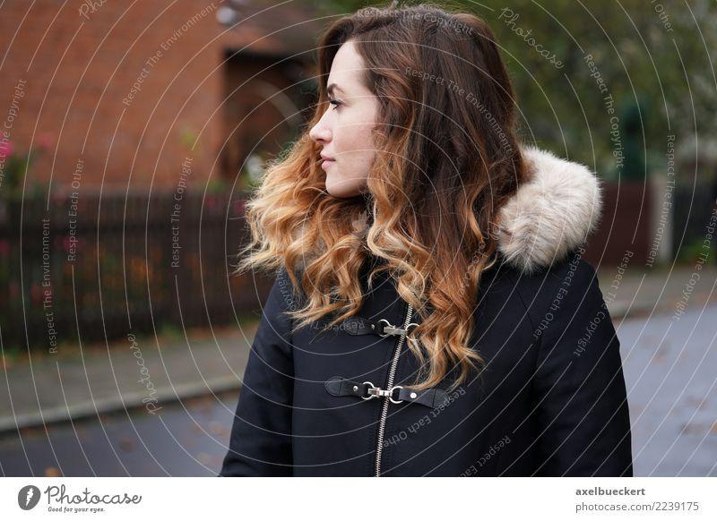nachdenkliche junge Frau auf der Straße Lifestyle Winter Mensch feminin Junge Frau Jugendliche Erwachsene 1 18-30 Jahre Stadt Stadtrand Jacke brünett langhaarig