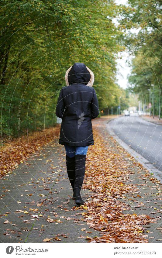 Fußgängerin im Herbst Lifestyle Winter Mensch feminin Junge Frau Jugendliche Erwachsene 1 18-30 Jahre Stadt Straße Mode Jeanshose Jacke Stiefel gehen herbstlich