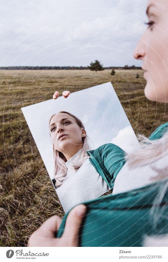 Das Wunder der Persönlichkeit Lifestyle elegant Stil Junge Frau Jugendliche 18-30 Jahre Erwachsene Natur Herbst Wiese Mode Jacke blond langhaarig Spiegel