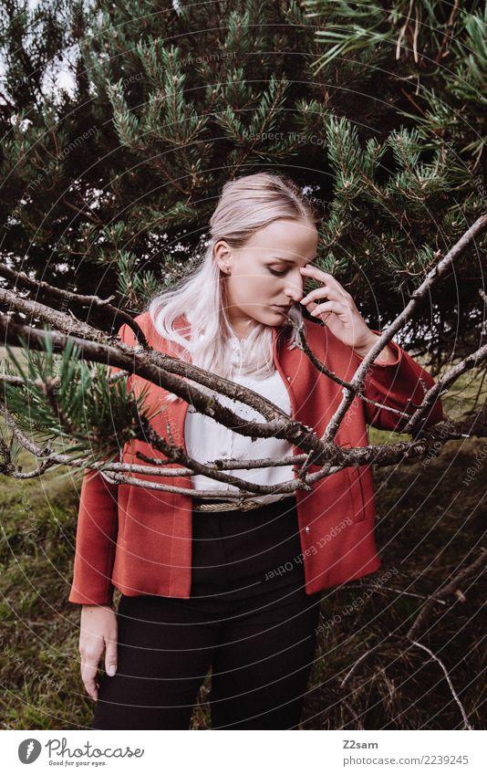 in between Lifestyle elegant Stil schön Junge Frau Jugendliche 18-30 Jahre Erwachsene Natur Landschaft Herbst Baum Nadelbaum Wald Mode Jacke Bluse blond