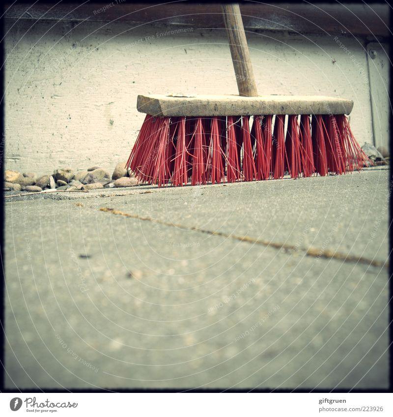 kehrwoche Stein Beton Reinigen Reinlichkeit Sauberkeit Besen Arbeitsgeräte Arbeit & Erwerbstätigkeit Borsten rot Betonplatte Betonboden Wand Mauer angelehnt