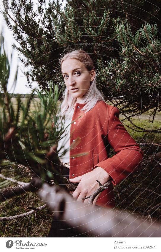 Autum 2017 Lifestyle elegant Stil schön feminin Junge Frau Jugendliche 18-30 Jahre Erwachsene Natur Landschaft Herbst Baum Wald Mode Jacke blond langhaarig