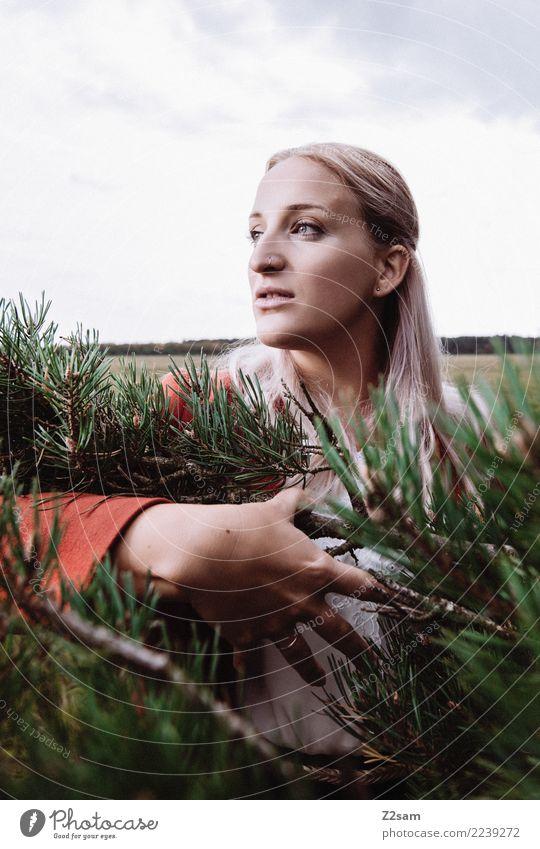 AUTUM 2017 Lifestyle elegant Stil schön Junge Frau Jugendliche 18-30 Jahre Erwachsene Natur Landschaft Herbst Nadelbaum Mode Jacke blond langhaarig festhalten