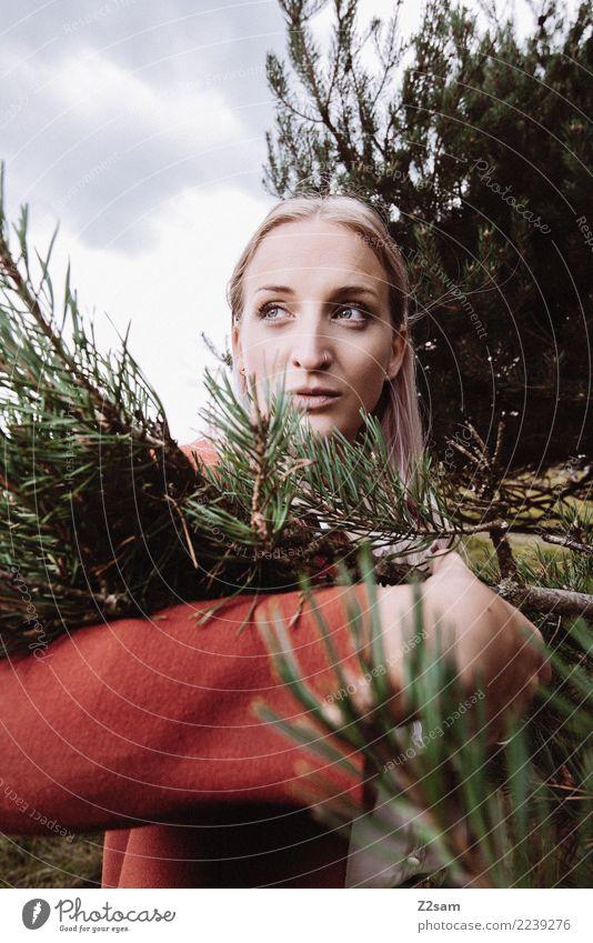 Was bringt das neue Jahr Lifestyle elegant Stil schön Junge Frau Jugendliche 18-30 Jahre Erwachsene Natur Landschaft Herbst Baum Tanne Tannenzweig Wald Mode