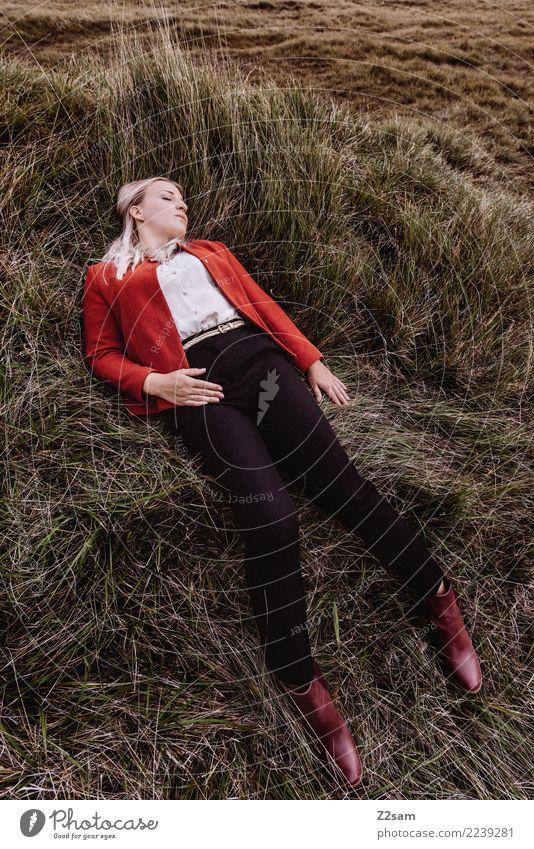 Autum 2017 Lifestyle elegant Stil feminin Junge Frau Jugendliche 18-30 Jahre Erwachsene Natur Landschaft Herbst Wiese Mode Jacke Stiefel blond langhaarig liegen