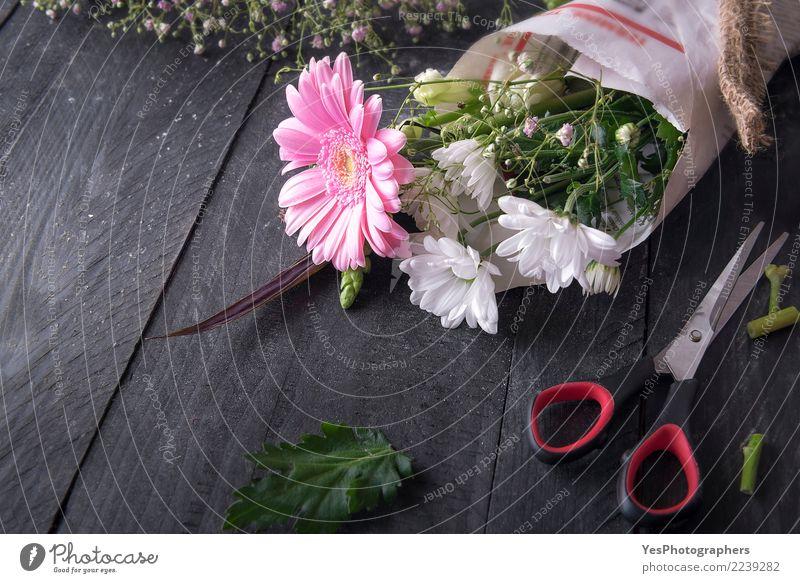 Eingewickelte Blumen und Scheren elegant Design Dekoration & Verzierung Feste & Feiern Geburtstag Freundschaft Blüte Verpackung Blumenstrauß Liebe Fröhlichkeit