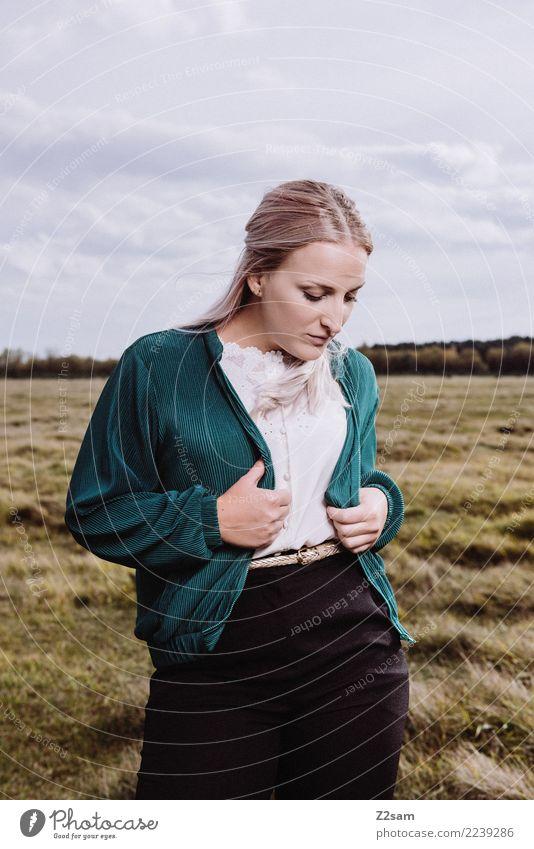 Autum 2017 Lifestyle elegant Stil feminin Junge Frau Jugendliche 18-30 Jahre Erwachsene Natur Landschaft Herbst Wiese Mode Jacke Bluse blond langhaarig