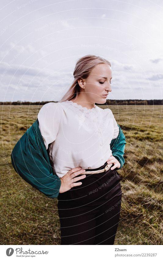 AUTUM 2017 Lifestyle elegant Stil schön feminin Junge Frau Jugendliche 18-30 Jahre Erwachsene Natur Landschaft Himmel Herbst Wiese Mode Jacke Bluse blond