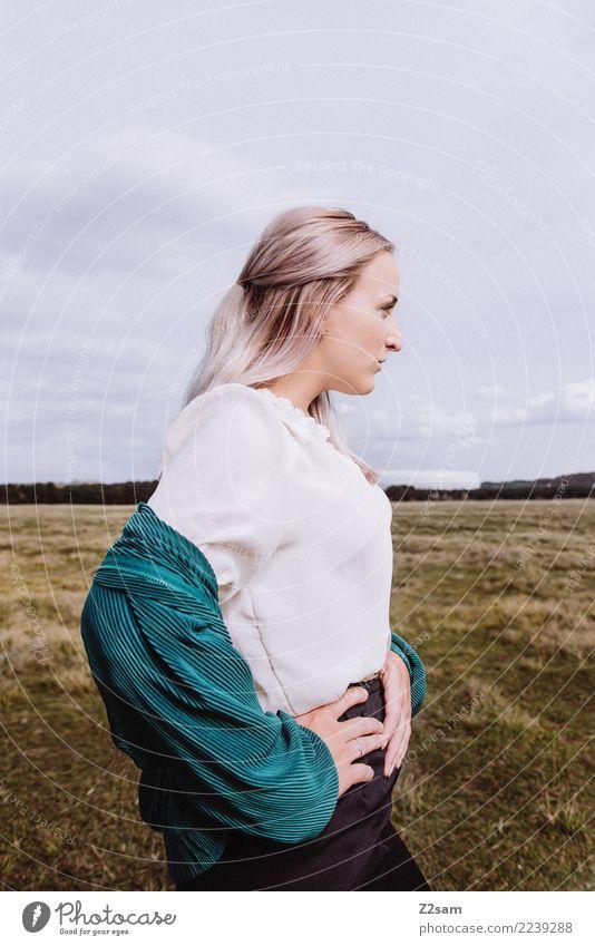 Autum2017 Lifestyle elegant Stil schön feminin Junge Frau Jugendliche 18-30 Jahre Erwachsene Natur Himmel Herbst Wiese Mode Jacke Bluse blond langhaarig stehen