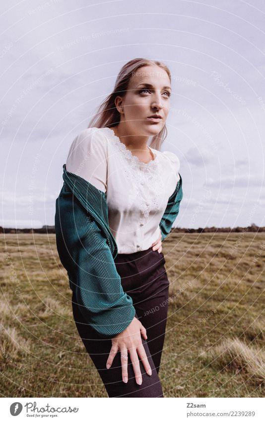 Forward Himmel Natur Jugendliche Junge Frau schön grün 18-30 Jahre Erwachsene Lifestyle Herbst Wiese feminin Stil Mode elegant blond