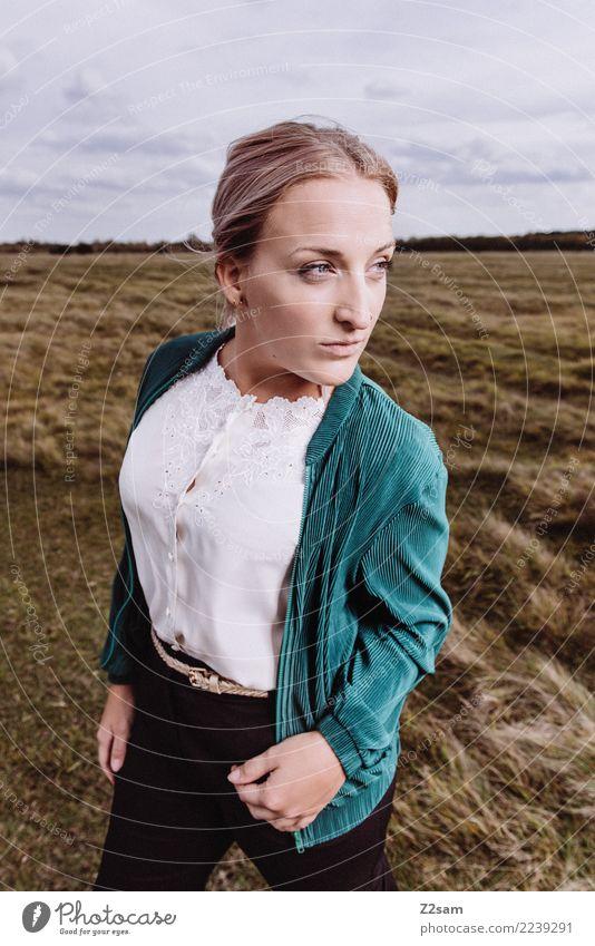 AUTUM 2017 Lifestyle elegant Stil feminin Junge Frau Jugendliche 18-30 Jahre Erwachsene Natur Landschaft Himmel Herbst Wiese Mode Jacke Bluse Piercing blond